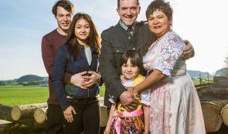 Milchbauer Josef mit seiner Frau Narumol, den Töchtern Jorafina (5), Jenny (18) und ihrem Freund Maikl (24). (Foto)