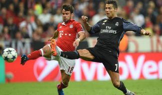 Juan Bernat (l.) aus München und Cristiano Ronaldo aus Madrid im Kampf um den Ball. (Foto)