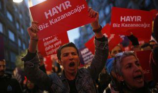 """Unterstützer des """"Nein""""-Lagers demonstrieren am 17. April in Istanbul gegen den Ausgang des Referendums in der Türkei. (Foto)"""
