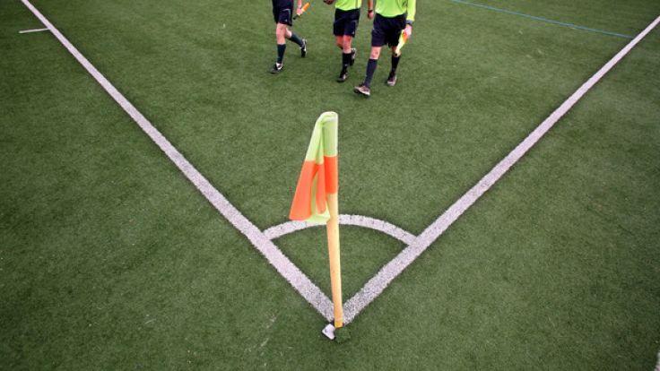 Nicht alle Schiedsrichter stehen hochgeschlossen auf dem Platz. (Foto)