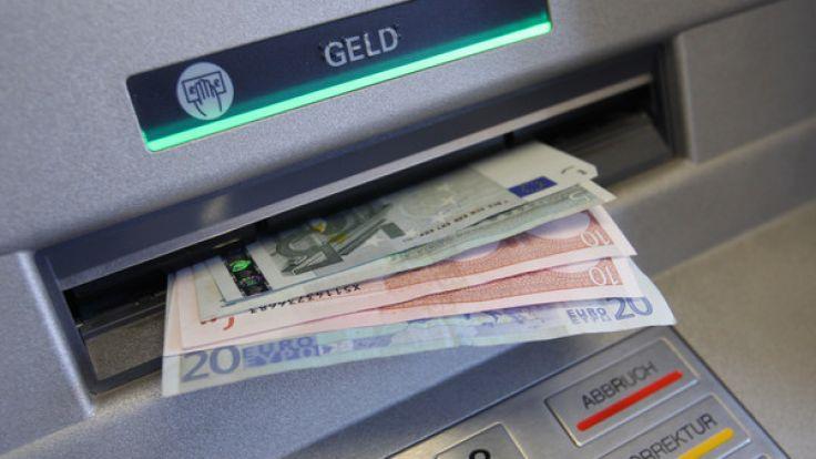 Die Geldautomaten-Gebühren sorgen für schlechte Stimmung bei Verbrauchern und Verbraucherschützern. (Foto)