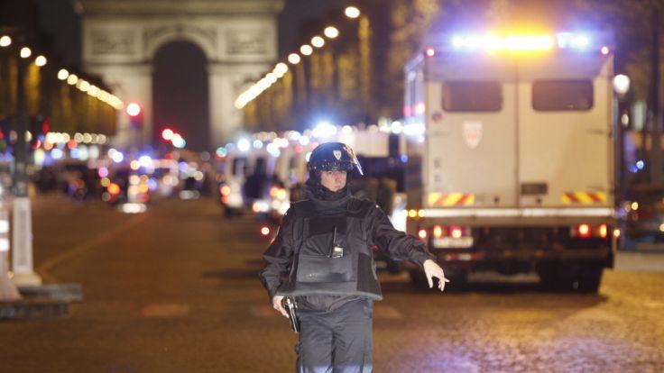 Auf der Pariser Prachtstraße Champs-Élysées sind laut einem Medienbericht zwei Polizisten durch Schüsse verletzt worden. (Foto)