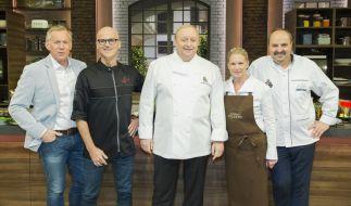 Johannes B. Kerner mit den Köchen Ralf Zacherl, Alfons Schuhbeck, Cornelia Poletto und Johann Lafer. (Foto)
