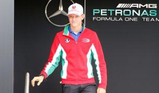 Mick Schumacher unterschreibt gerne auf Bildern seines Vaters Michael Schumacher. (Foto)