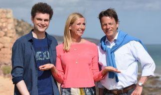 """Andrea Kiewel freut sich mit ihren Gästen Lutz van der Horst und Rudi Cerne auf den """"ZDF Fernsehgarten on tour"""" von der Sonneninsel Fuerteventura. (Foto)"""