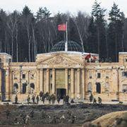 Panzer, Bomben, Explosionen! Russen stürmen Mini-Reichstag (Foto)