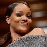 Mit DIESEN Fotos blamiert Rihanna Queen Elizabeth II (Foto)