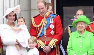 Eine schrecklich royale Familie: Königin Elizabeth II. strahlt an der Seite ihres Enkels Prinz William und dessen Ehefrau Herzogin Kate sowie den Urenkeln Prinz George und Prinzessin Charlotte. (Foto)