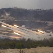 Südkoreanische Raketenwerfer feuern am 26.04.2017 auf dem Seungjin Fire Training Field in Pocheon.
