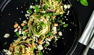 Nudeln aus Zucchini statt aus Getreide: Den passenden Kick gibt die Soße aus Chili, Feta, Minze und gehackten Nüssen. (Foto)