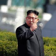 Absolut irre! Kim Jong-un will Kinder 5 Millionen Atombomben tragen lassen (Foto)