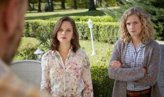 Die Schwestern Catrin (Cornelia Gröschel, r.) und Maja (Sonja Gerhardt, M.) werden von ihrem Vater (Götz Schubert) im Garten der Balaton-Residenz zurechtgewiesen. (Foto)