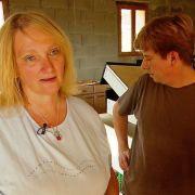 Sabine Lenhardt und Bernd Schütter stehen auf Mallorca vor dem Ruin (Foto)