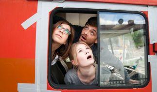 Ob das gut geht? Rick (Sebastian Fräsdorf), Kristin (Claudia Eisinger, li.) und Philomena (Gro Swantje Kohlhof) sind in dem schrottreifen Vehikel auf dem Weg an die Ostsee. (Foto)