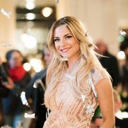 Im diesjährigen Jubiläum dreht sich alles um Soap-Braut Sunny, gespielt von Valentina Pahde. Wird sie sich am Ende für den Richtigen entscheiden?