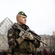 Sicherheits-Alarm! Platz vor dem Louvre evakuiert (Foto)