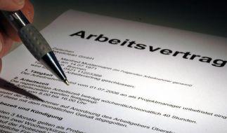 Einen Arbeitsvertrag muss man auf jeden Fall schriftlich schließen - so denken viele. Dabei sind auch mündliche Vereinbarungen gültig. (Foto)