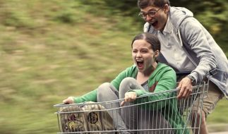 Die Teenager Charleen (Jasna Fritzi Bauer) und Linus (Sandro Lohmann) fordern das Schicksal heraus. (Foto)