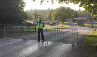 Nach dem tödlichen Unfall eines elfjährigen Mädchens im britischen Freizeitpark Drayton Manor sichert die Polizei den Unglücksort. (Foto)