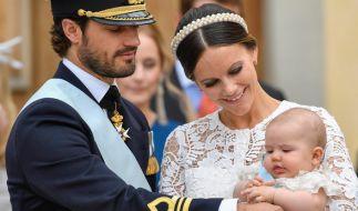 Der schwedische Prinz Carl Philip und Prinzessin Sofia mit ihrem erstgeborenen Sohn Prinz Alexander in der Palastkapelle von Drottningholm Palast in Stockholm. Baby Nummer zwei soll im September zur Welt kommen. (Foto)
