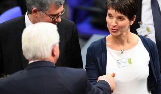 Frauke Petry gratuliert am 12. Februar während der Bundesversammlung im Reichstagsgebäude in Berlin Frank-Walter Steinmeier zu seiner Wahl als Bundespräsident. (Foto)