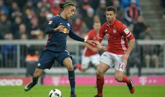 Bayerns Xabi Alonso und Yussuf Yurary Poulsen von Leipzig kämpfen um den Ball. (Foto)