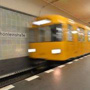 Berliner Polizei sucht DIESE U-Bahn-Treter (Foto)