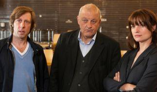 Ekki (Oliver Korittke, l.), Georg Wilsberg (Leonard Lansink, M.) und Alex (Ina Paule Klink, r.) blicken skeptisch auf das Geschehen. (Foto)