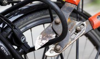 Eine Hausratsversicherung deckt nicht immer den Diebstahl eines Fahrrads ab. Verbraucher sollten die Verträge gut lesen und gegebenenfalls eine Zusatzversicherung abschließen. (Foto)