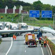 Windradflügel durchbohrt LKW - Autobahn gesperrt (Foto)