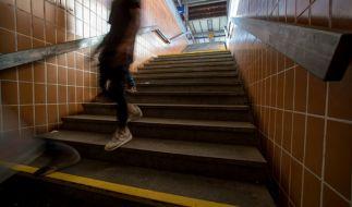 Ein Unbekannter hat im Bahnhof Wanne-Eickel einen Jugendlichen die Treppe hinuntergetreten. (Symbolbild) (Foto)