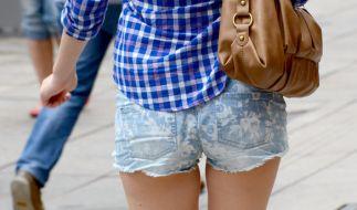 Eine Schule in Neuss untersagt ihren Schülerinnen das Tragen von Hotpants und bauchfreien Shirts. (Foto)