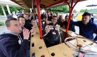 Eine fröhliche Männerrunde feiert auf einem sogenannten Bierbike den Vatertag. (Foto)