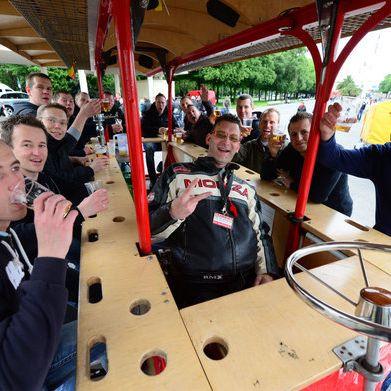 Von Bier bis Bollerwagen! So entstanden die Vatertags-Traditionen (Foto)
