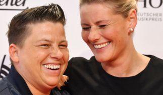 Die Sängerin Kerstin Ott (l) und ihre Freundin Karolina bei der Verleihung des Deutschen Musikpreises Echo. (Foto)