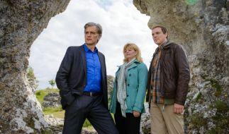 Robert Anders (Walter Sittler, l.), Ewa Svensson (Inger Nilsson, M.) und Thomas Wittberg (Andy Gätjen, r.) nehmen die Ermittlungen auf. (Foto)