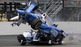 Das Fahrzeug von Scott Dixon schanzt über das Fahrzeug von Jay Howard. (Foto)