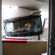 Gefrusteter Ex-Knacki donnert mit LKW in Bordell (Foto)