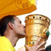 Das Ende der Ära Tuchel: Trainer Thomas Tuchel küsst den Pokal auf dem Truck mit den Spielern von Borussia Dortmund am 28.05.2017 am Borsigplatz nach dem Gewinn des DFB-Pokalspiels gegen Eintracht Frankfurt.