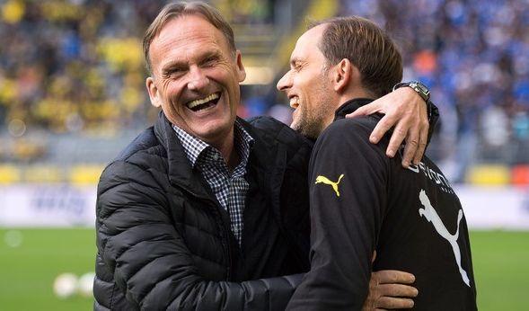 Hier lagen sie sich noch lachend in den Armen: Dortmunds Geschäftsführer Hans-Joachim Watzke und Trainer Thomas Tuchel am 27.09.2015. Das angespannte Verhältnis der beiden sollte später ein Grund für Tuchels Entlassung sein.