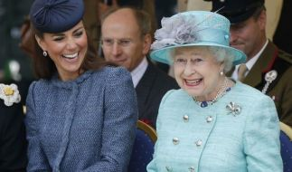 Die Queen und Herzogin Kate scheinen sich nicht nur in Sachen Nagellackfarbe bestens zu verstehen. (Foto)