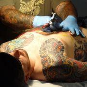 Mann geht mit frischem Tattoo schwimmen - mit tödlichen Folgen (Foto)