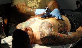Wer sich ein Tattoo stechen lässt, sollte die frische Körperkunst penibel pflegen (Symbolbild). (Foto)