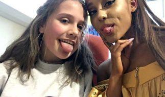 US- Popstar Ariana Grande am 02.06.2017 in Manchester mit der kleinen Evie im Royal Manchester Kinderkrankenhaus. (Foto)