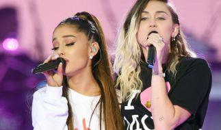 Ariana Grande (l) und Miley Cyrus. (Foto)
