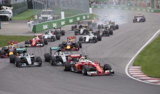 Sebastian Vettel an der Spitze des Fahrerfeldes nach dem Start zum Großen Preis von Kanada auf der Gilles Villeneuve Rennstrecke in Montreal 2016. (Foto)