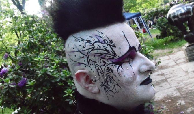 Nicht nur in den Outfits, sondern auch im Make Up steckt viel Arbeit. (Foto)