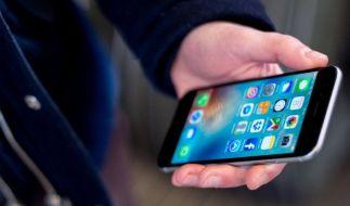 Wer mit einer Blitzer-App am Steuer erwischt wird, muss blechen. (Foto)
