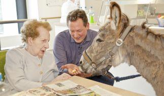 """""""Wie gutes Altern gelingt"""", am 12.06.17 um 20.15 Uhr im Ersten. Ein mobiler Streichelzoo ermöglicht Bewohnern emotionale Momente mit Tieren. (Foto)"""
