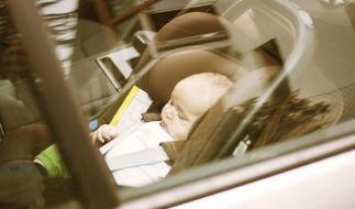 Ein kleines Kind in einem überhitzten Auto. (Symbolbild) (Foto)